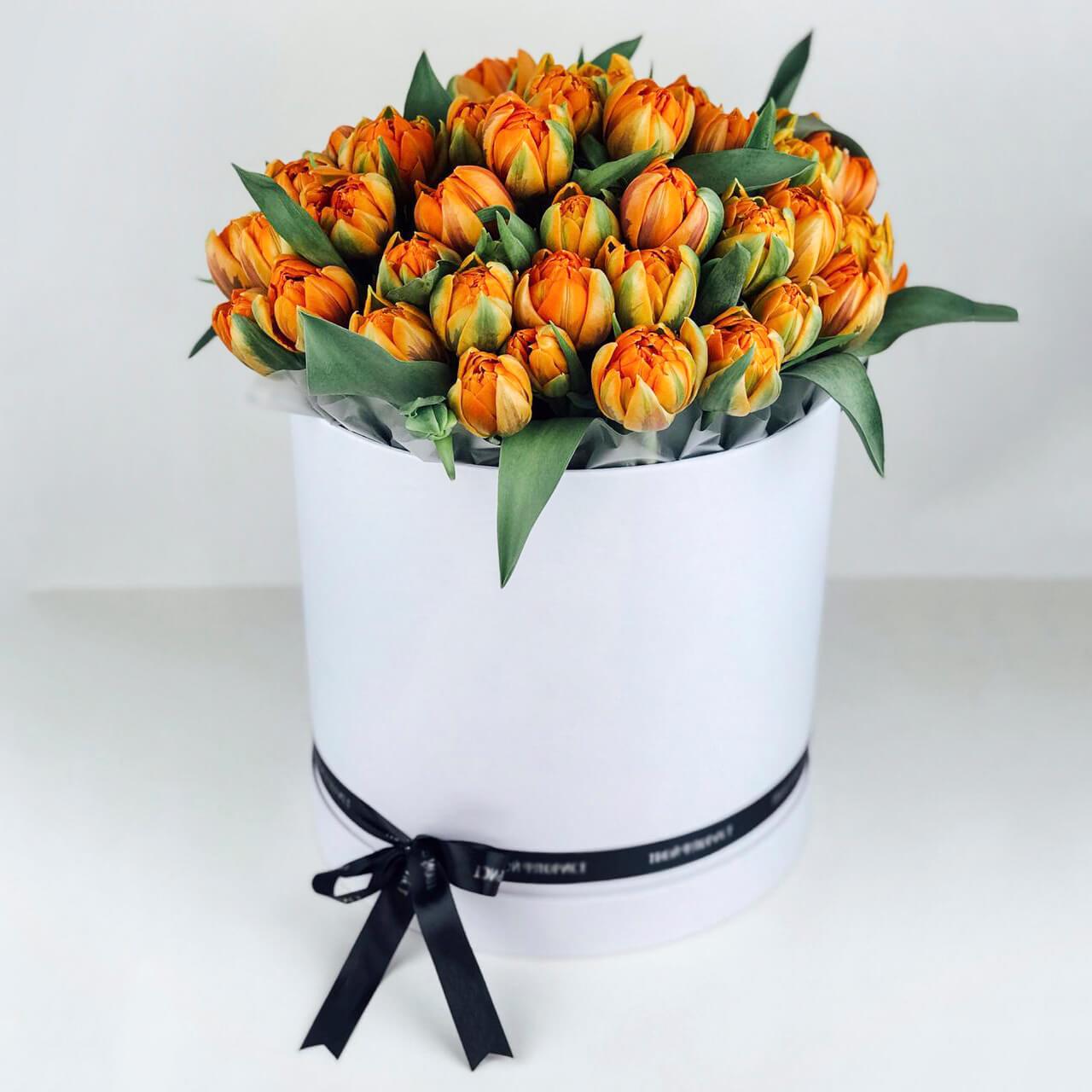 Оранжевые тюльпаны в коробке