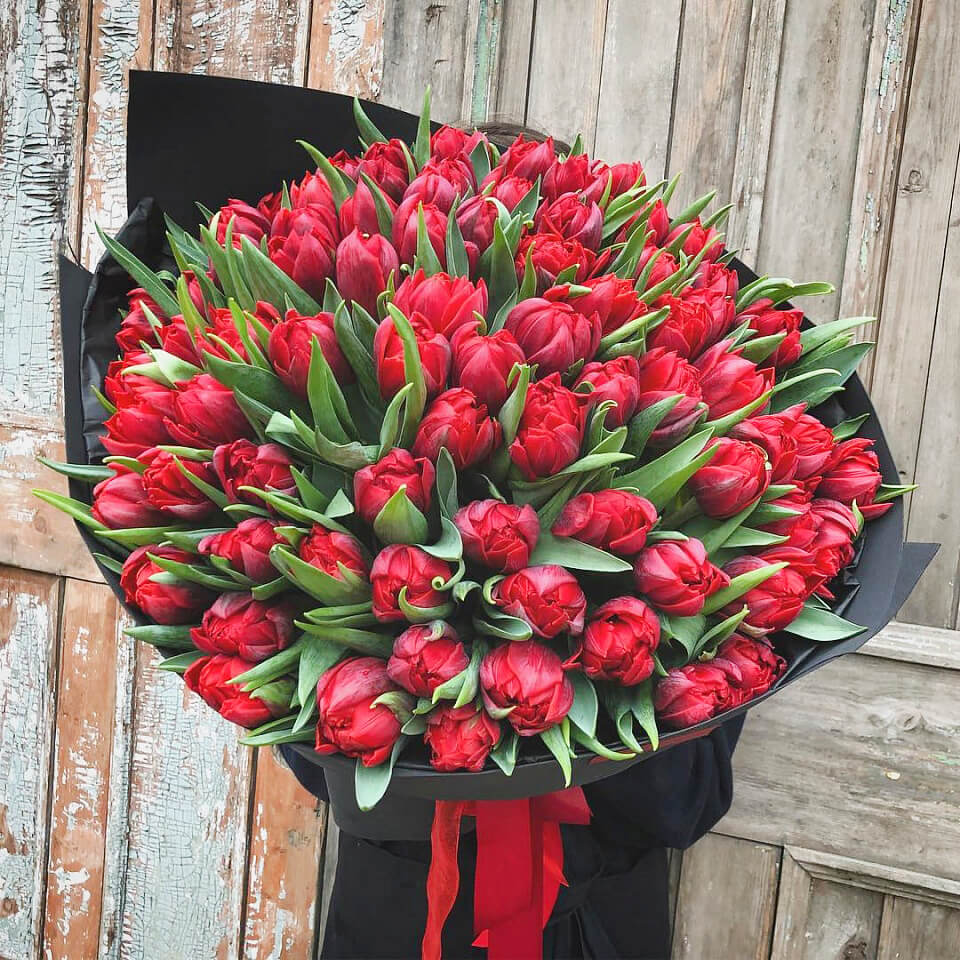 Букет из 101 красного пионовидного тюльпана